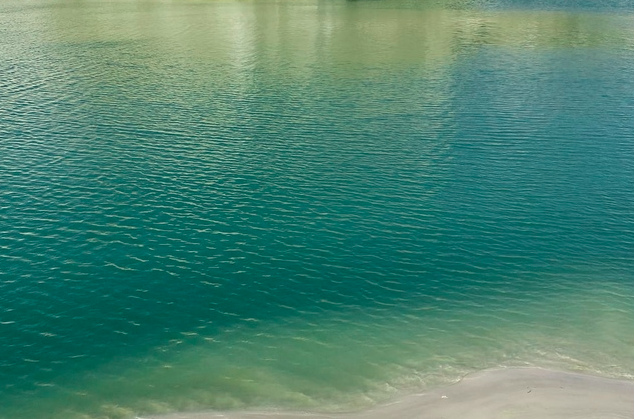Карьер, вода в кварцевом песке.